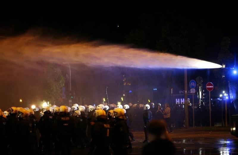 La Policía de Hamburgo dispersa con cañones de agua las protestas en vísperas del G20. Foto: Reuters