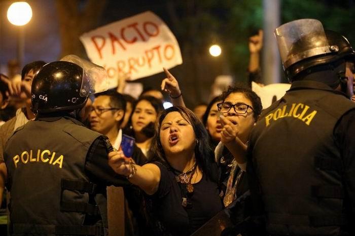Prosiguen las protestas en Perú por reciente indulto al dictador Alberto Fujimori