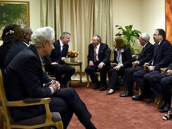 El alcalde de la ciudad de Nueva York, Bill de Blasio, dijo sentirse halagado con la presencia del Presidente cubano, y le dio la bienvenida.