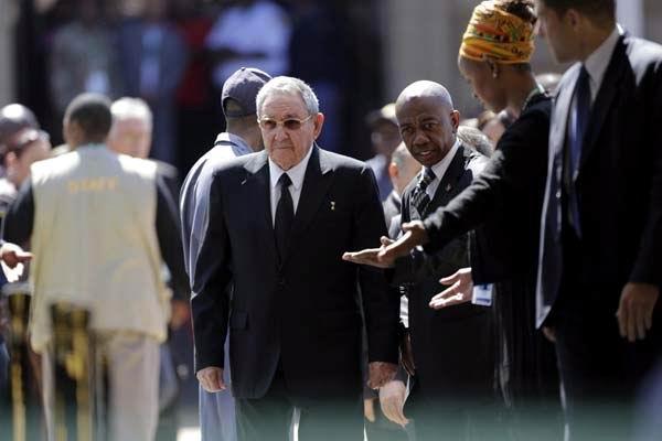 El líder cubano Raúl Castro rindió hoy honores al fallecido expresidente sudafricano Nelson Mandela, cuyos restos  están en capilla ardiente por segundo día en Pretoria.