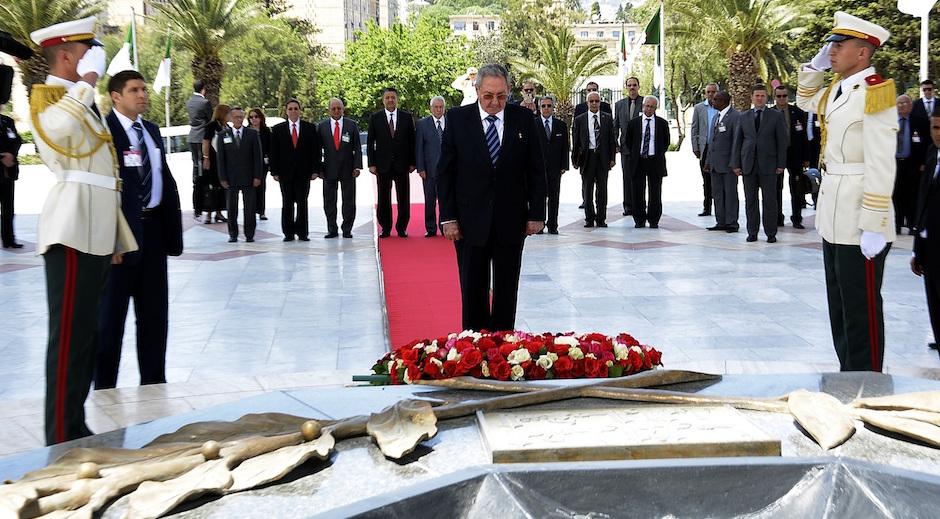 Ra�l Castro rinde tributo a m�rtires de Revoluci�n Argelina