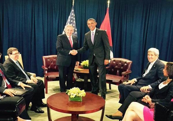 En la reunión entre los mandatarios, están presentes el ministro cubano de Relaciones Exteriores, Bruno Rodríguez Parrilla, y el secretario de Estado norteamericano, John Kerry