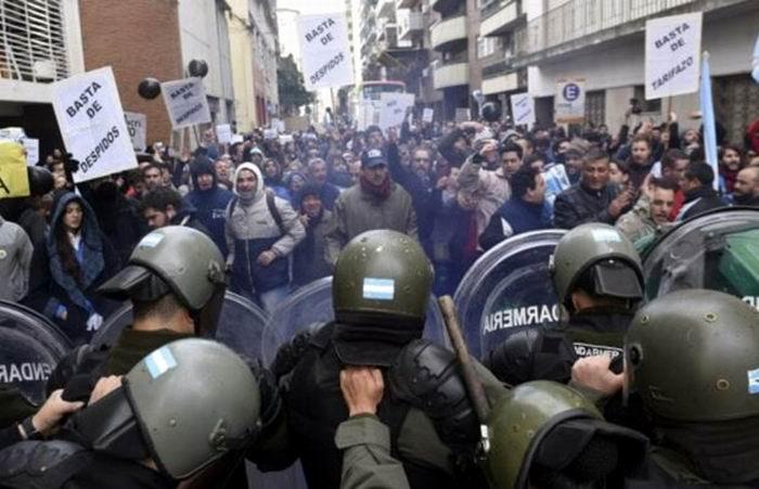 Reprimen protestas en Argentina