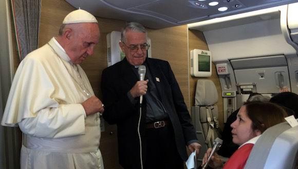 La Editora de Cubadebate Rosa Miriam Elizalde en la conferencia de prensa con el Papa Francisco en el vuelo de Santiago de Cuba a Washington.