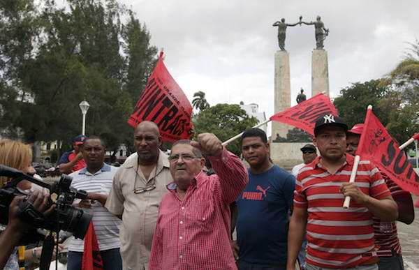 Solidaridad con Cuba frente a la embajada en Panama. Foto: Ismael Francisco/Cubadebate.