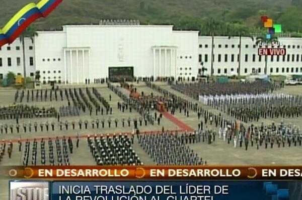 Salida del cuerpo de Hugo Chávez desde la Academia Militar. Foto Telesur