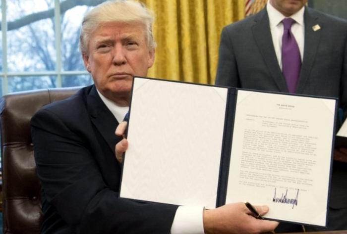 Trump el día que firmo el decreto del muro.