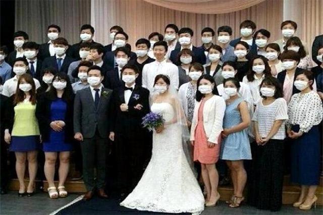 Los asistentes a una boda -incluidos los novios- posan con sus respectivas mascarillas por miedo al MERS