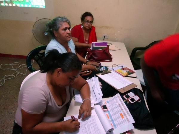Yamira Acosta (al centro), pofesora de la Universidad Bolivariana de Venezuela (UBV) en Zulia. Foto: Ana Teresa Badía