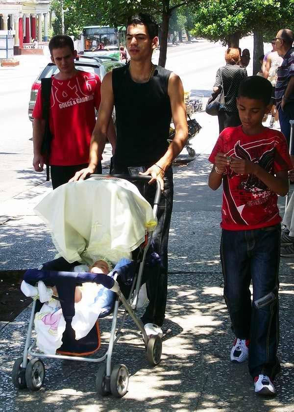 Joven papá paseando a su pequeña bebé