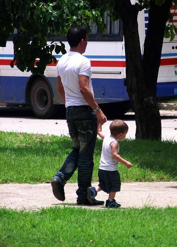 Niño va de paseo junto a su papá