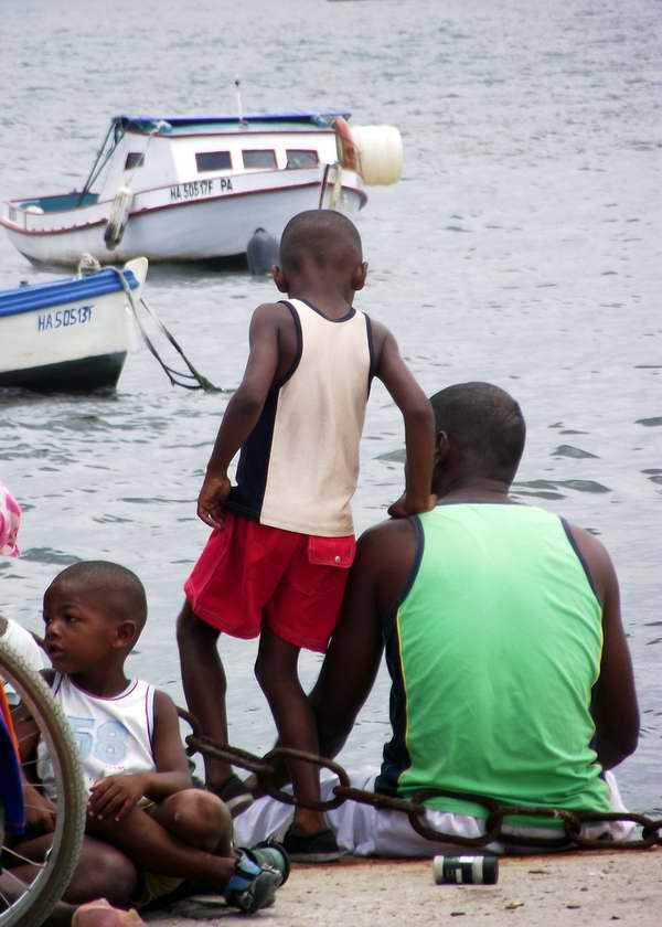 Niños compartiendo momentos felices junto a su padre en la costa