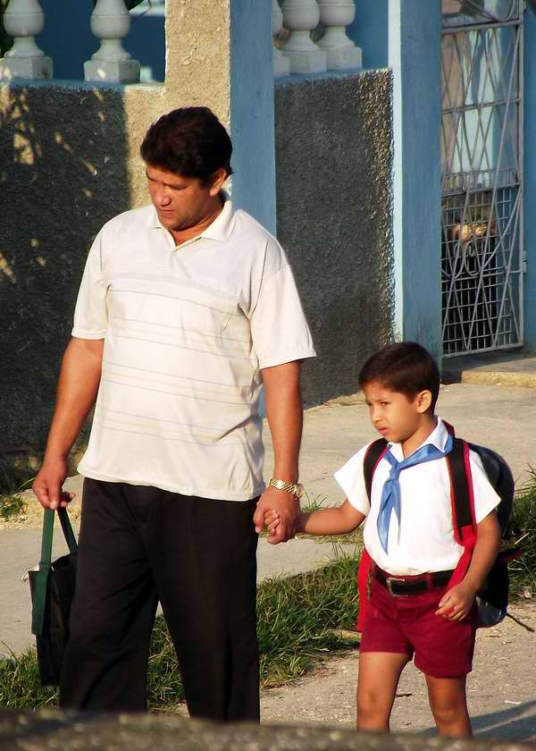 Papá acompañando a su hijo para la escuela