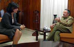 Recibe Raúl Castro a Mona Gamal Abdel Nasser